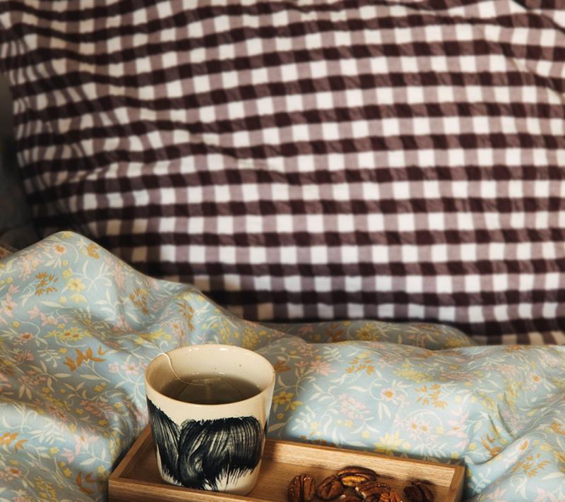 JUNA Bæk og Bølge sengetøj Chokolade Miljøbillede